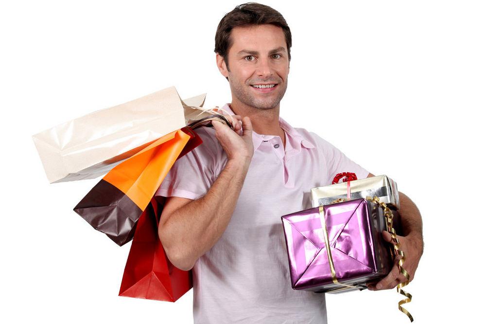 Мужчина дарит дорогой подарок