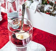 """""""Rote Grutze""""  vyšnių ir aviečių desertas su vaniliniais ledais"""