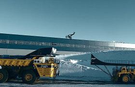 """Rusijos motociklininko rekordas: šuolis ant didžiausio pasaulyje sunkvežimio """"Belaz"""""""