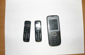 Marijampolės pataisos namuose kalinčio vyro išangėje rasti 3 telefonai