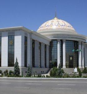 Turkmėnijos realybė – mėnesius nemokamos algos ir kelių dienų eilės prie miltų