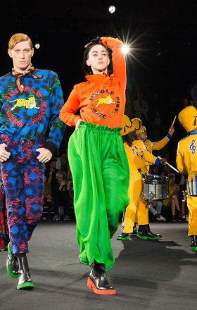 """Teatrališkame šou Niujorke pagaliau pristatyta """"Kenzo x H&M"""" kolekcija"""