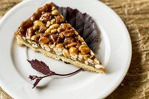 Karamelinis riešutų pyragas