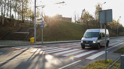 """Nelaimingoje T.Narbuto g. perėjoje – vėl nelaimė: """"Volvo V70"""" partrenkė dvi merginas"""