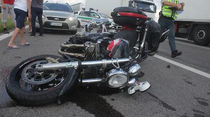 """Šiauliuose """"Passat"""" parbloškė 74-rių metų motociklininką: lūžo kojos kaulai"""