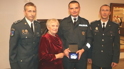 Iš miško išgelbėta 85-erių Nijonila Angelų sargų dieną susitiko su Telšių pareigūnais