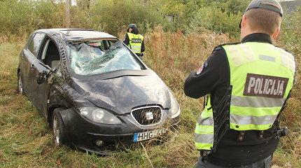 """Prie Panevėžio vairuotoja nesuvaldė """"Seat"""" – automobilis vertėsi"""