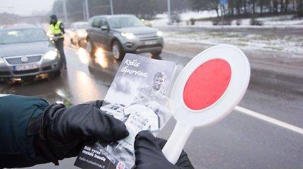 Neįregistruotą ekskavatorių be teisių ir draudimo vairavęs kretingiškis gelbėjosi kyšiu