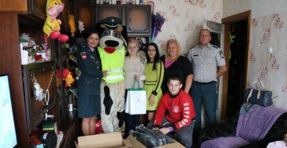 Dvylikos vaikų šeimai – dovanos iš Kauno policijos rankų