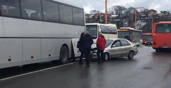 """Kaune į autobusą atsitrenkęs """"Fiat"""" paralyžiavo eismą miesto centre"""