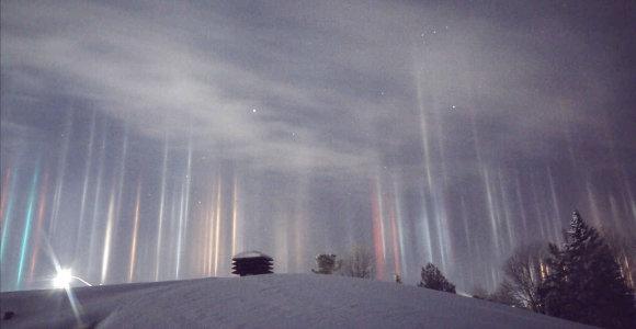 Virš Kanados sužibo neįprastai atrodančios šviesos kolonos – nei ateiviai, nei pašvaistė