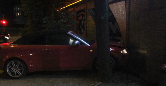 """Vilniuje po susidūrimo į sieną rėžėsi automobilis """"Audi"""""""