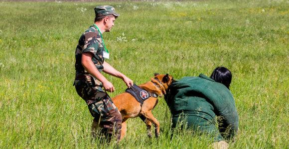 Nušauto tarnybinio šuns šeimininkas: neigiu, kad mano šuo puolė A.Komskį