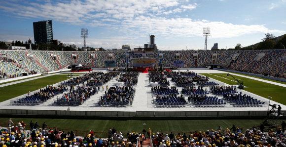 Gruzijoje viešintis popiežius mišias aukojo pustuščiame stadione