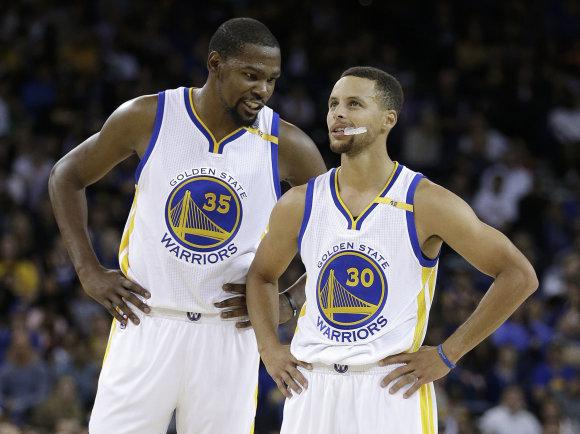 """AFP/""""Scanpix"""" nuotr./Kevinas Durantas ir Stephenas Curry"""