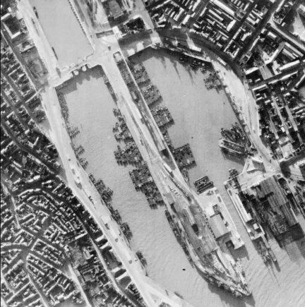Karališkųjų oro pajėgų nuotr./Invazijai paruoštos vokiečių baržos Bulonės uoste. 1940 m. birželis