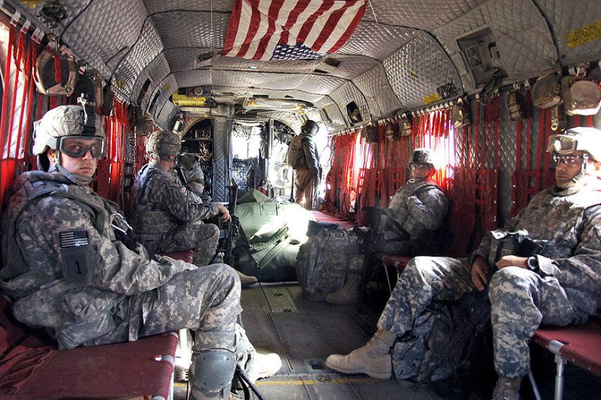 "JAV kariai skrenda sraigtasparniu ""CH-47 Chinook"""