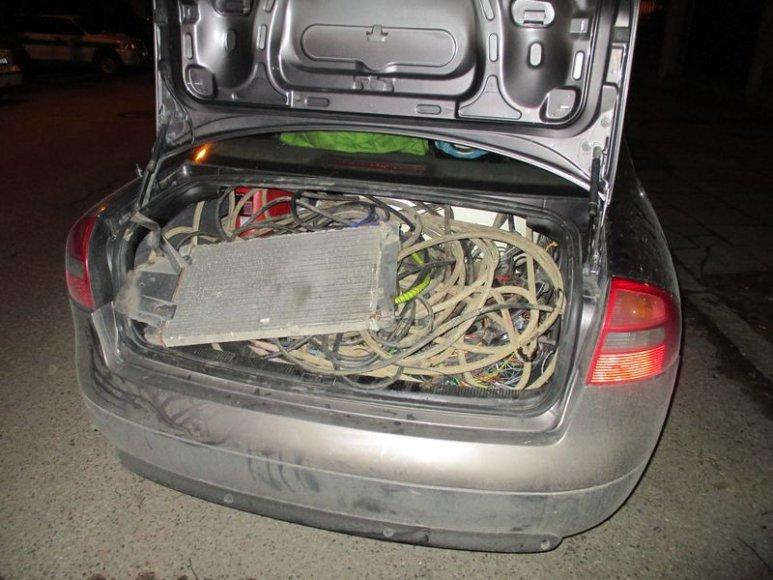 Automobilyje rasta galimai vogtų daiktų