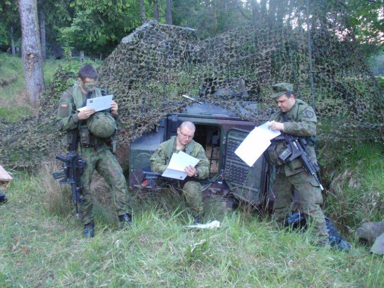 Algirdo bataliono kariai balsuoja pratybų Vokietijoje metu.