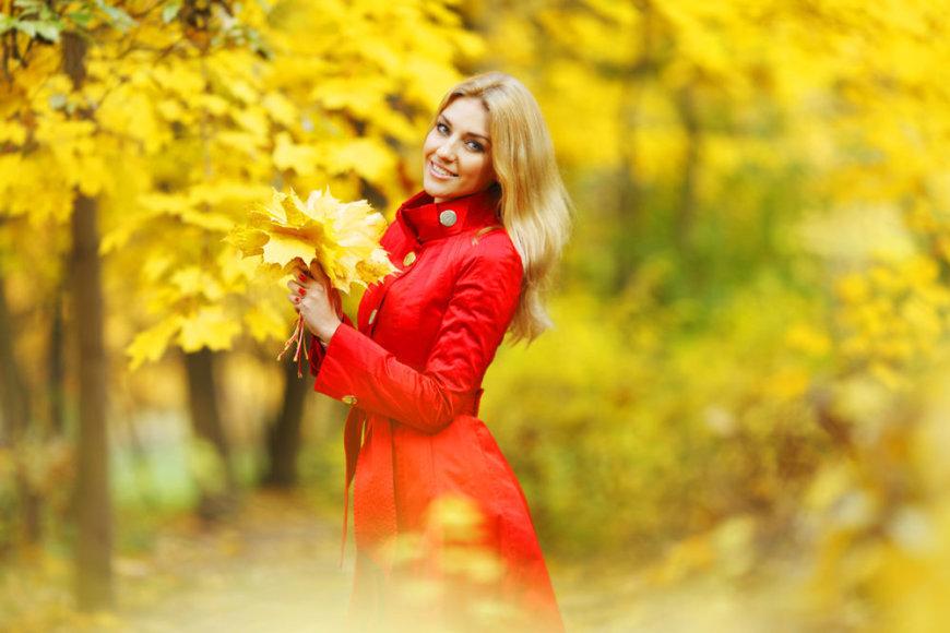 Mergina su raudonu paltu