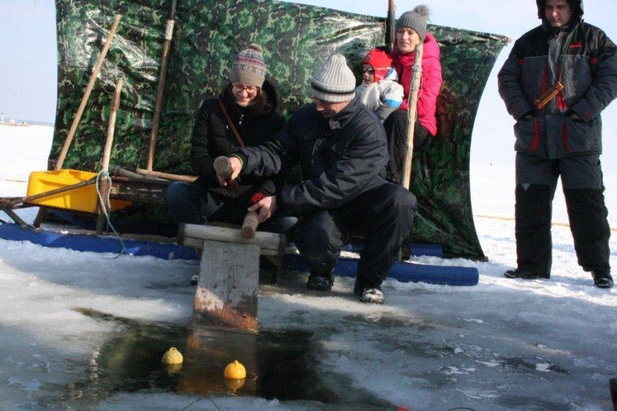 Neringiškis žvejas Martynas senovinio bumbinimo išmoko iš savo senelio ir tėvo. Dabar šio archajiško žvejojimo būdo moko kitus.