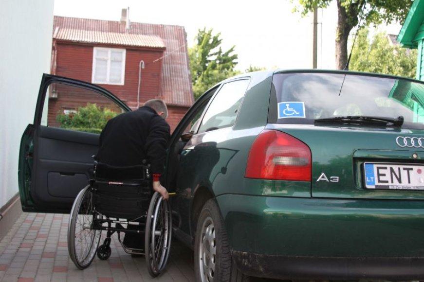 Judėjimo negalią turintis E.Zubavičius iš automobilio išlipti pats negali.