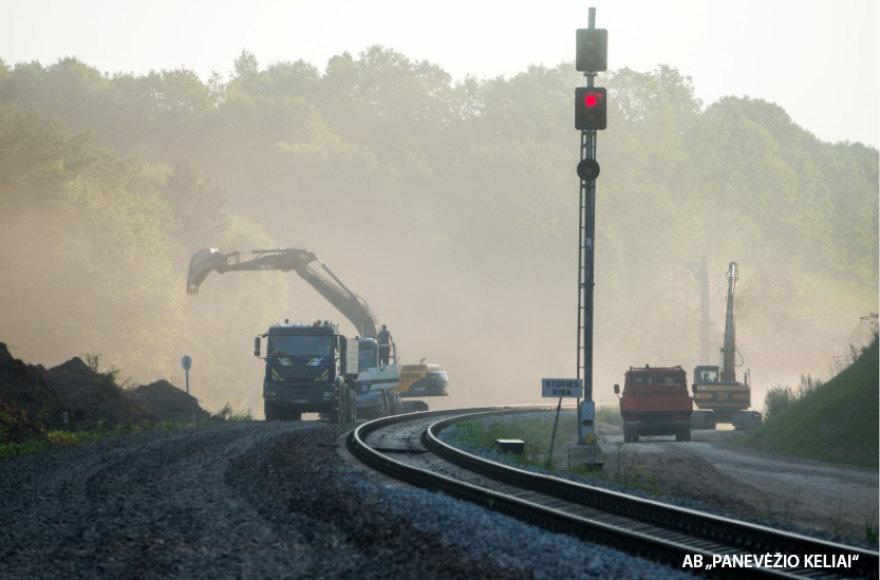Naujas geležinkelis tiesiamas nenutraukus traukinių eismo.