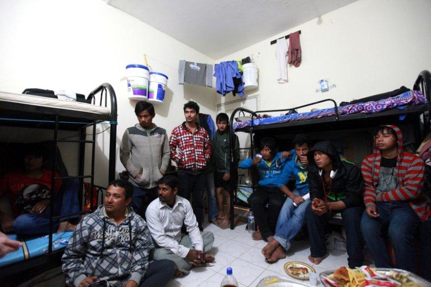 Šešių kvadratinių metrų kambaryje be kondicionieriaus gyvena po dešimt stadionų ir viešbučių statybininkų iš Nepalo