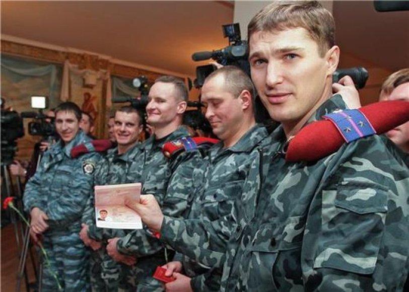 Pareigūnai rodo rusiškus pasus