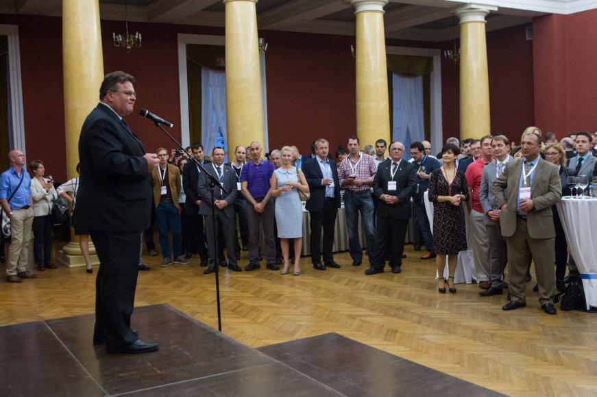 Linas Linkevičius sako kalbą forumo dalyviams
