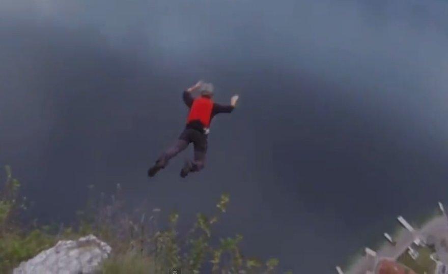 Britui laiku neišsiskleidė parašiutas