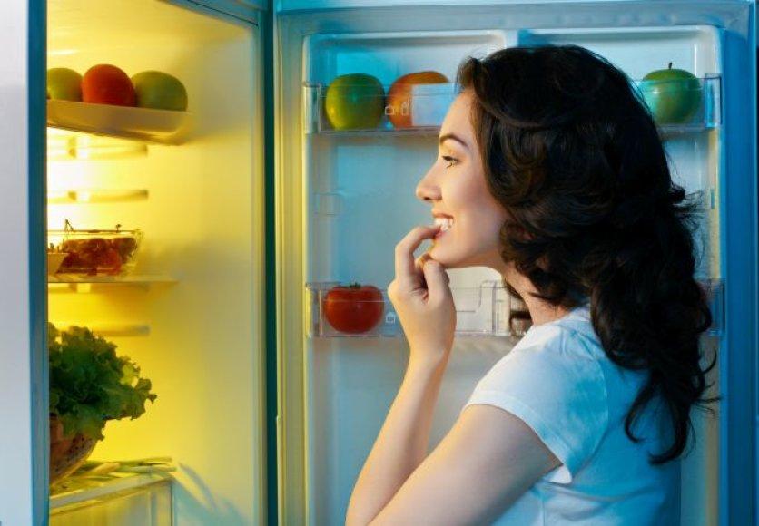 Moteris renkasi maisto produktus