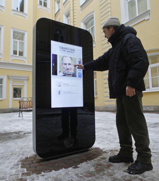 """iPhone"" paminklas Steve'ui Jobsui"