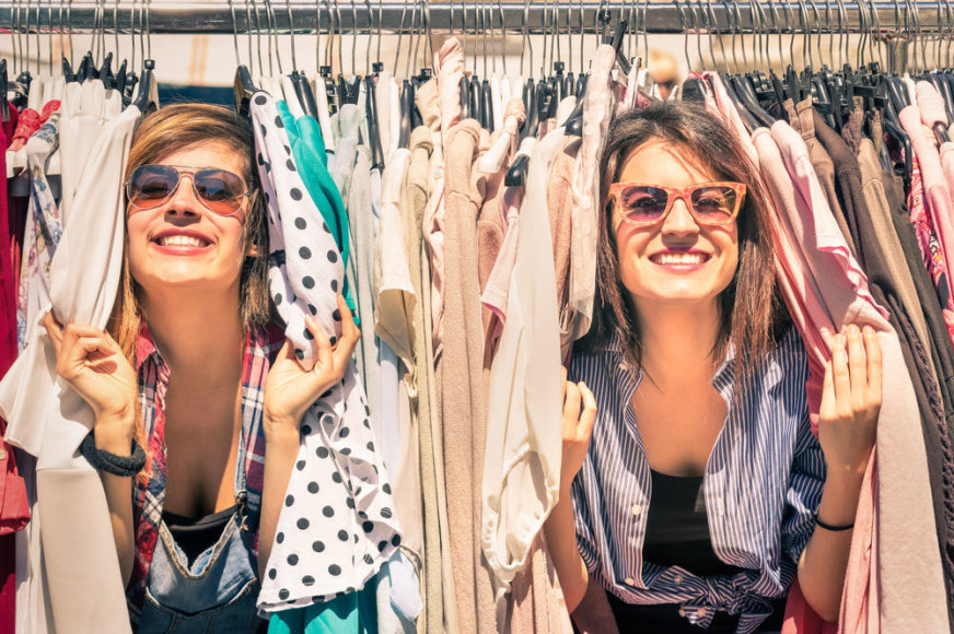 Merginos drabužių parduotuvėje