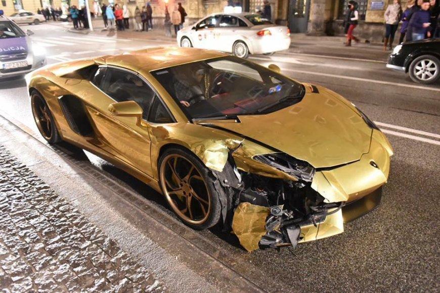 """Varšuvoje sudaužytas auksinis """"Lamborghini"""""""