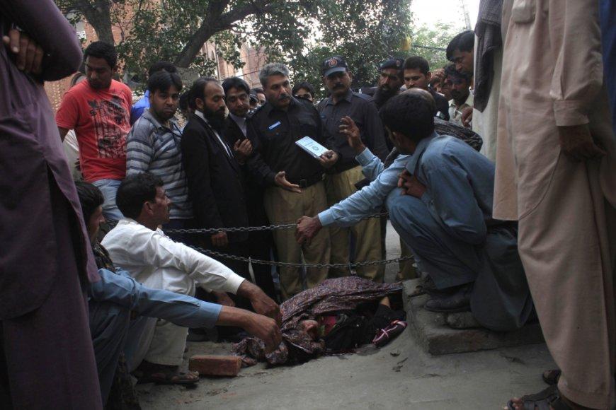Farzana Parveen Iqbal buvo užmušta savo šeimos narių, nes ištekėjo prieš jų valią