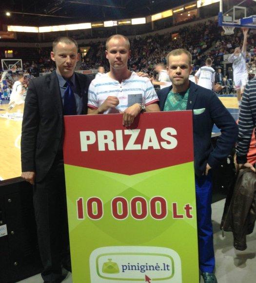 """""""Neptūno"""" direktorius Osvaldas Kurauskas (kairėje) ir laimėtojas Marius Skripkauskas"""