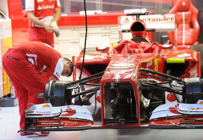 """""""Ferrari"""" komandos F-1 bolidas"""