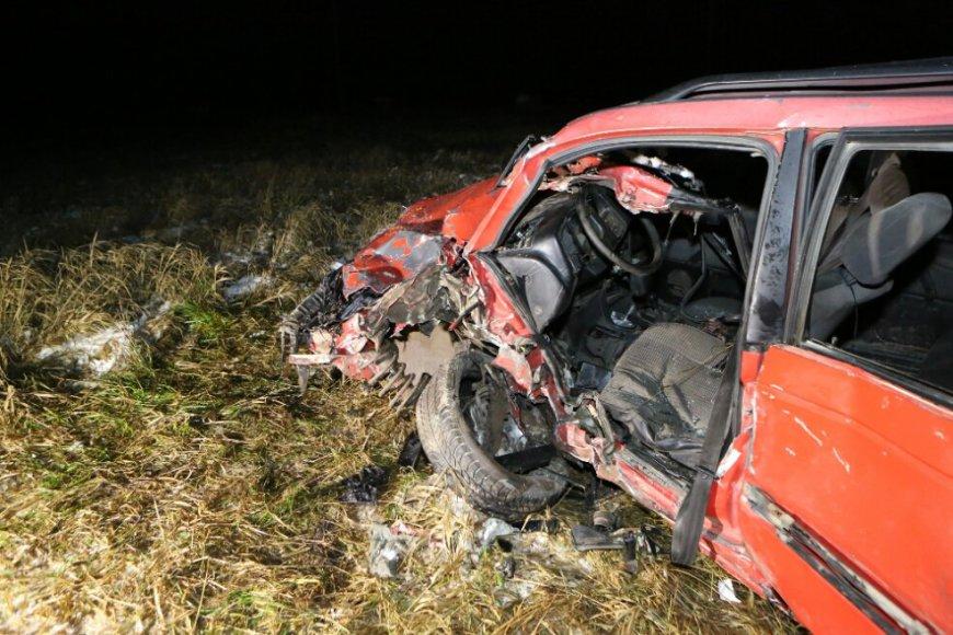 """Automobilis """"VW Passat"""" įvykio vietoje"""