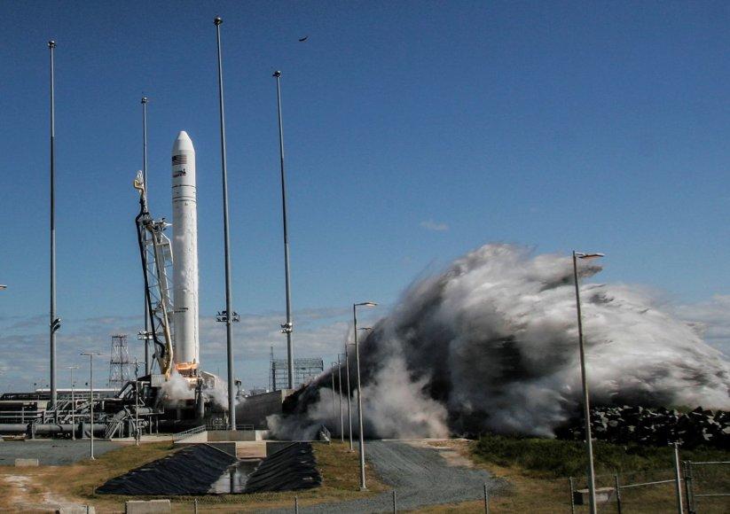 """Erdvėlaivis """"Cygnus"""" pasirengęs startui, bet audra sujaukė planus"""