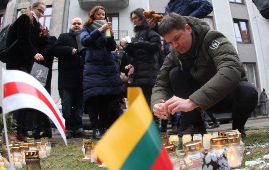Žvakutės pagerbiamas Kijeve žuvusių žmonių atminimas prie Ukrainos ambasados Vilniuje