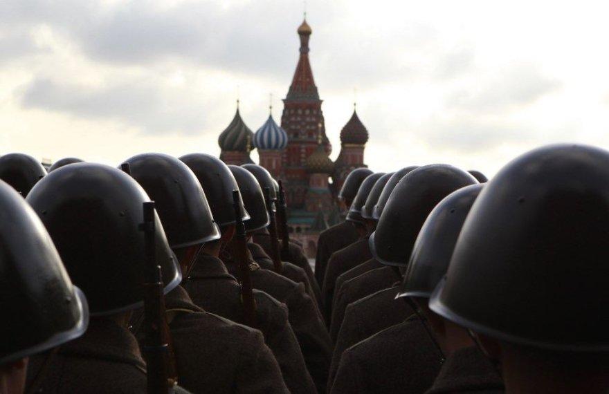 Raudonojoje aikštėje stovi senovinėmis uniformomis apsirengę Rusijos kariai