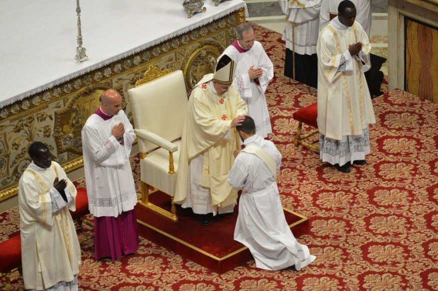 Popiežius Pranciškus Šv Petro bazilikoje įšventina naujus kunigus