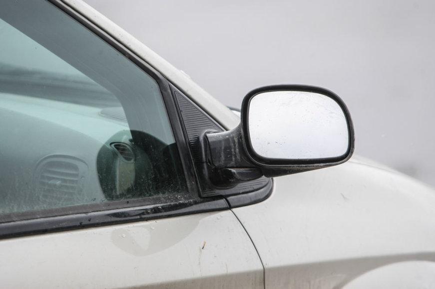 Per avariją apgadintas automobilio veidrodėlis