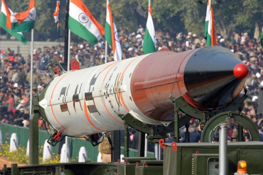 Branduolinį ginklą galinti transportuoti raketa demonstruojama parade Indijoje