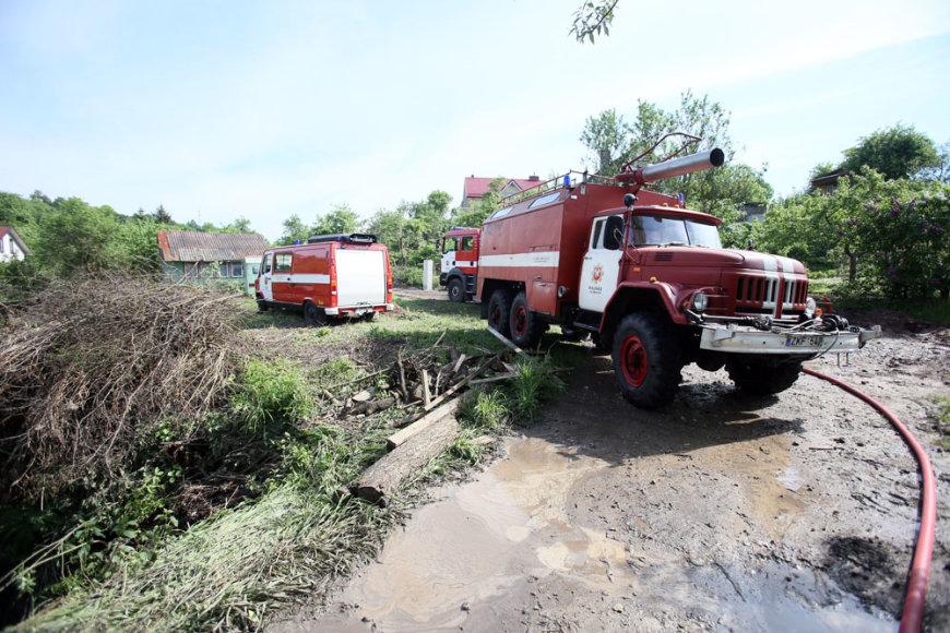 Kaune Amaliuose po liūties buvo užklimpusios ugniagesių mašinos
