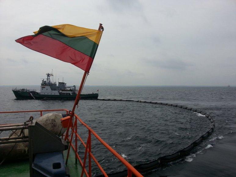 """Karinių jūrų pajėgų laivas """"Šakiai"""" Baltijos jūroje treniravosi šalinti naftos dėmes"""