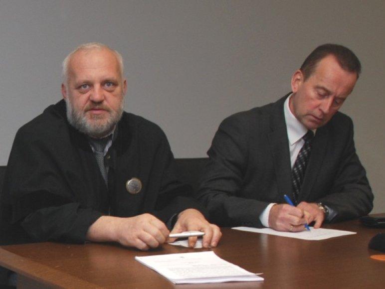 Algis Stabingis (dešinėje) su advokatu teisme.
