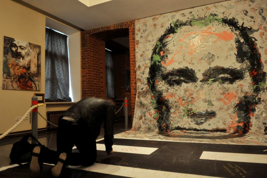 """Sankt Peterburge surengtoje Konstantino Altunino parodoje """"Lyderiai"""" eksponuojami ir Vladimiro Putino portretai"""