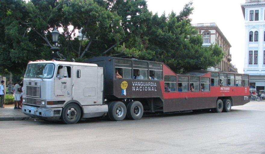 Tokie vilkikų traukiami autobusai važinėja tik Kuboje